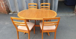 """EXTENDING OVAL TABLE AND 4 CHAIRS TABLE MEASURES 53"""" LONG X 36"""" WIDE EXTENDS BY 16"""" £75"""