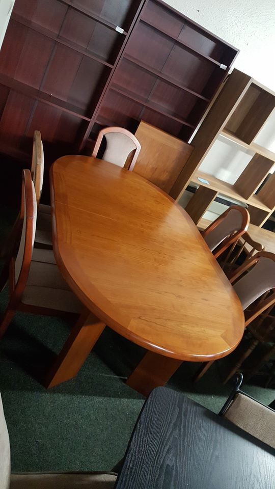 OVAL EXTENDER TABLE AND 5 CHAIRS £100
