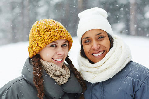 smiling-girls-in-hats-outdoors-KRDQMLY.j