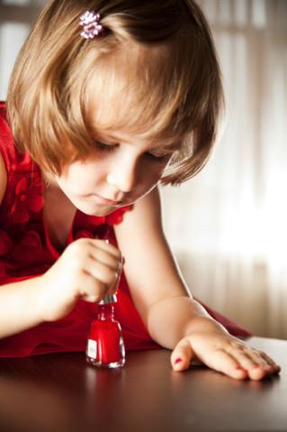¿Es bueno pintar las uñas a tu hija?