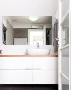 שידת אמבטיה לבנה