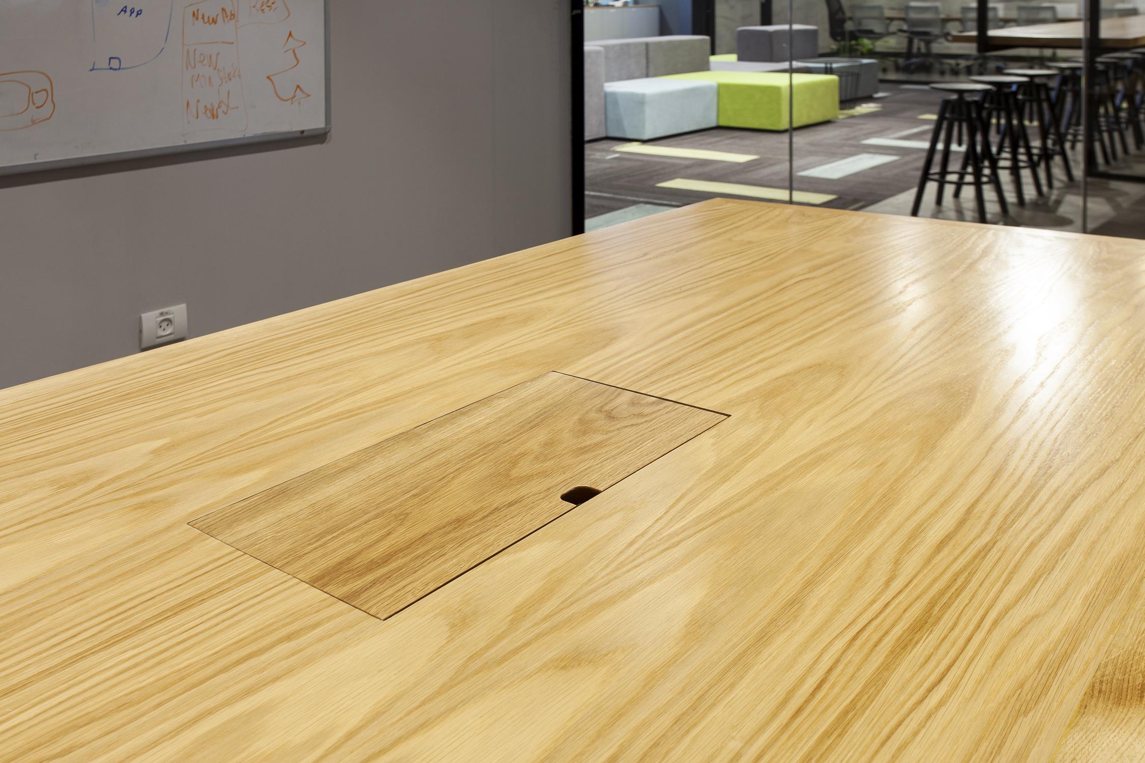 שולחן ישיבות | מעבר כבלים
