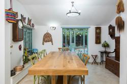 שולחן עץ בפינת האוכל