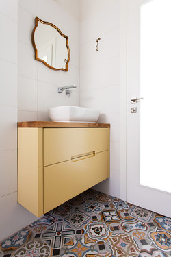 שידת אמבטיה צבועה בצהוב