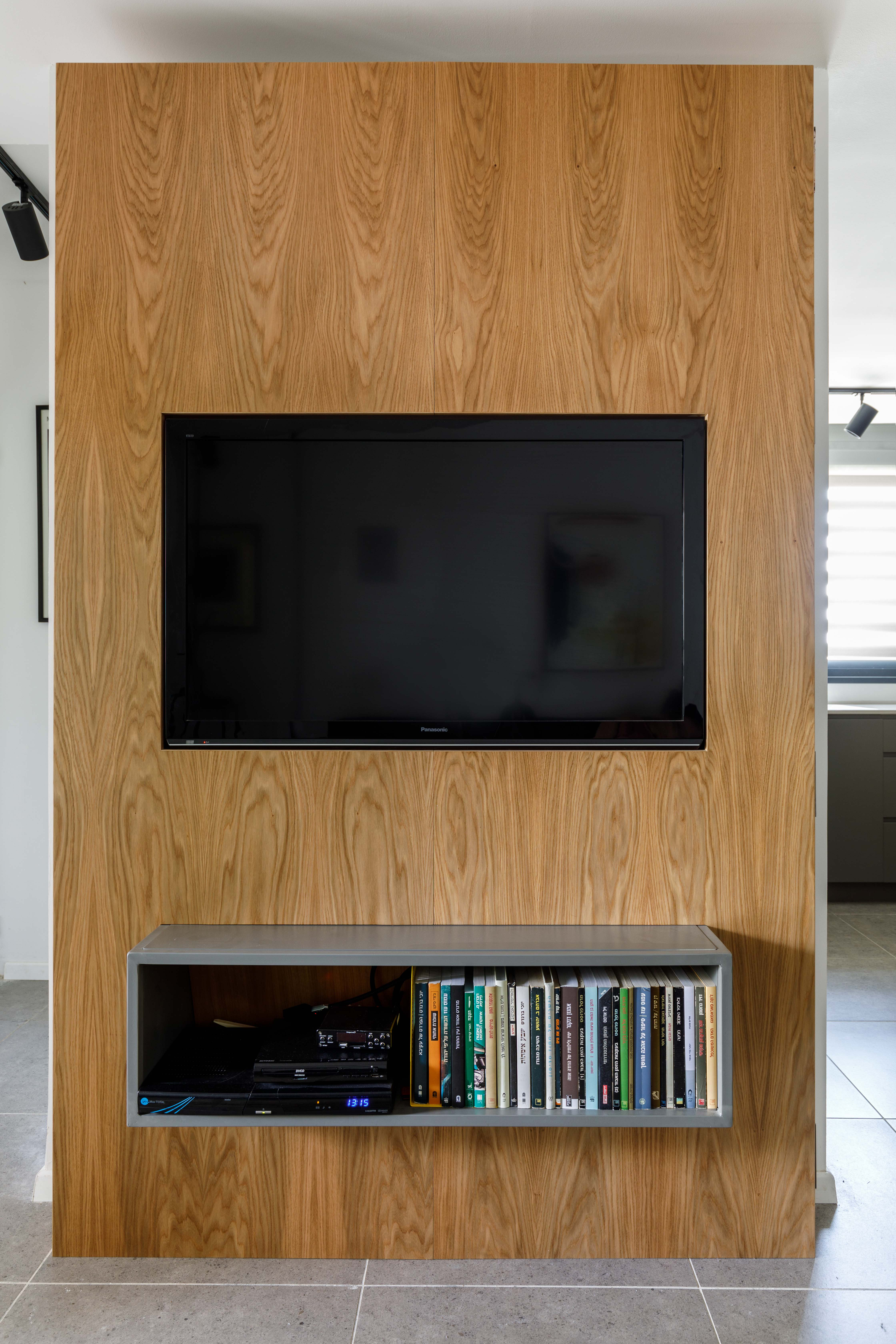 קיר פורניר טלוויזיה