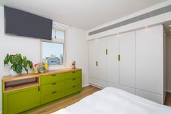 חדר הורים ארון בגדים ושידת מגרות