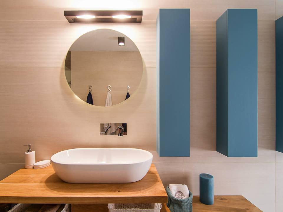 יחידות אמבטיה שילוב של עץ וצבע