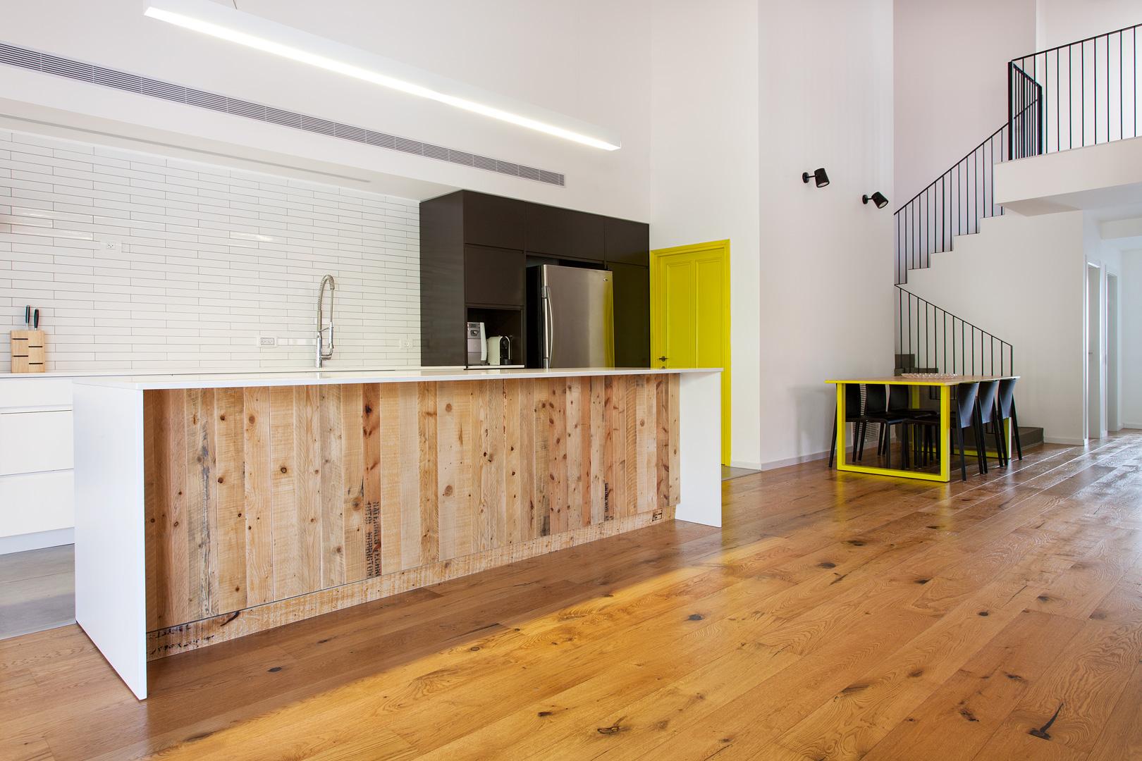 מטבח מודרני בחיפוי עץ משטחים