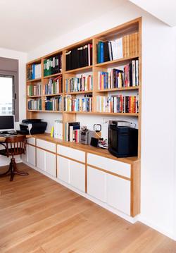 ספריה מעץ בשילוב צבע