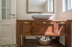 בית בקיסריה | שידת אמבטיה מעץ