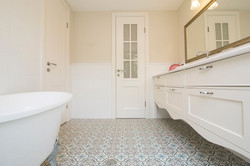 בית בקיסריה | שידת אמבטיה