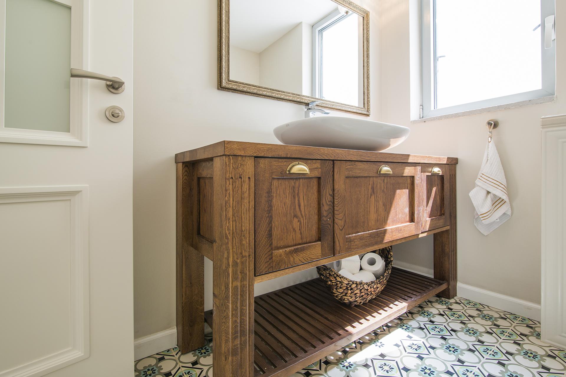 שידת אמבטיה מעץ
