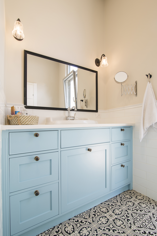 שידת אמבטיה בצבע