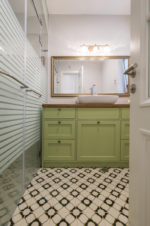 בית בקיסריה | שידת אמבטיה צבעונית