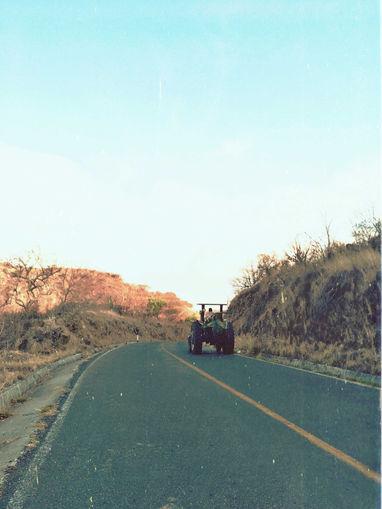 Vecino agricultor en tractor