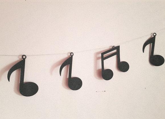 La guirlande et ses notes de musique sur leur fil argenté