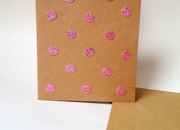 La carte qui scintille en rose avec son enveloppe