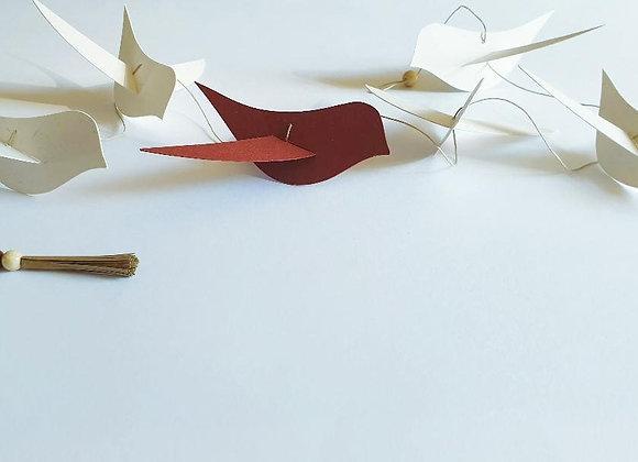 Guirlande en papier cartonné recyclé et ses oiseaux rouge et blanc