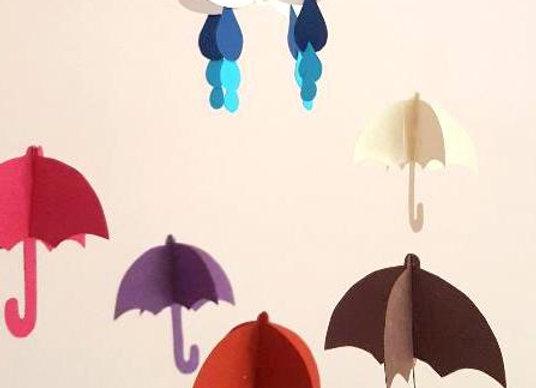 Mobile et ses parapluies roses en papier recyclé et son cercle en bois