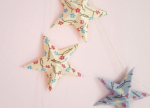 La guirlande en papier et ses 12 étoiles en fleurs