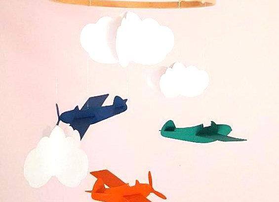 Mobile et ses avions dans les nuages en papier recyclé et cercle en bois