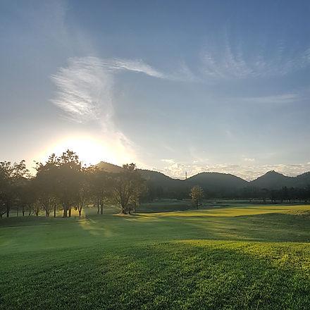 Sawang Resort KhaoYoi サワン・リゾートゴルフクラブ&ホテルは日本人設計家、勝俣氏の監修による本格的なチャンピオンシップの18ホールのゴルフコースです。ゴルフコースは、バンコクより4号線でチャアムに向う手前のペッブリーのゆったりとした自然の中に造られており、起伏もある、変化に富んだ戦略的なホールが数多くレイアウトされているゴルフコースです。