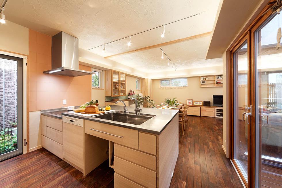 キッチンはワークトップとシンク側の高さを変え、まな板収納も設置