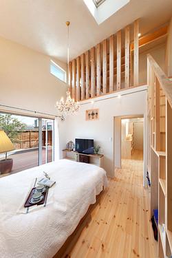 寝室は、勾配天井を活かしてロフトを設け、箱階段で収納力をアップ