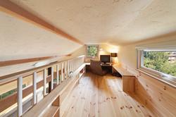 ロフトは3分割して収納スペースや書斎コーナーに。机と収納棚は大工の手仕事