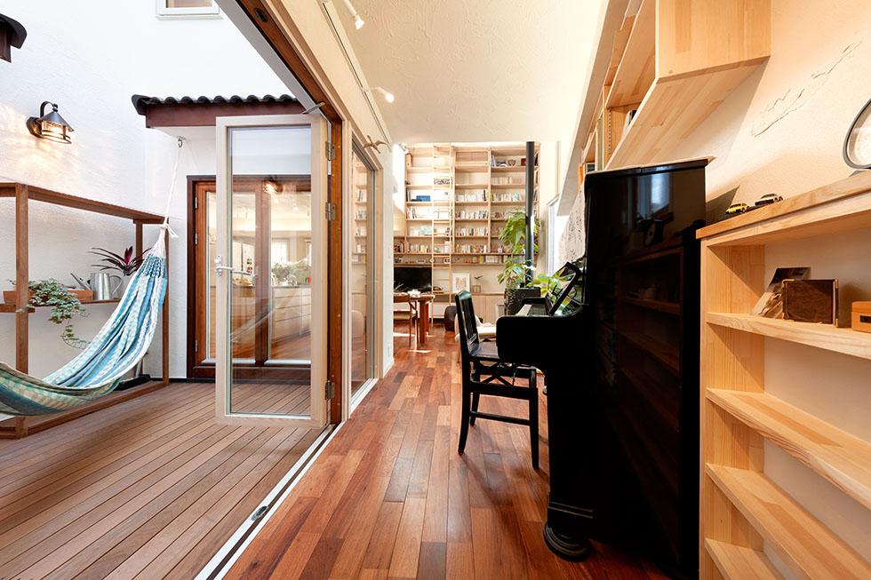 敷地形状から斜めになった部分は、ピアノ&本棚スペースとして活用