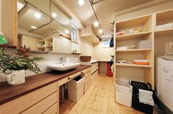 収納が豊富で使い勝手のよい洗面化粧室。アイロンなどの家事にも便利