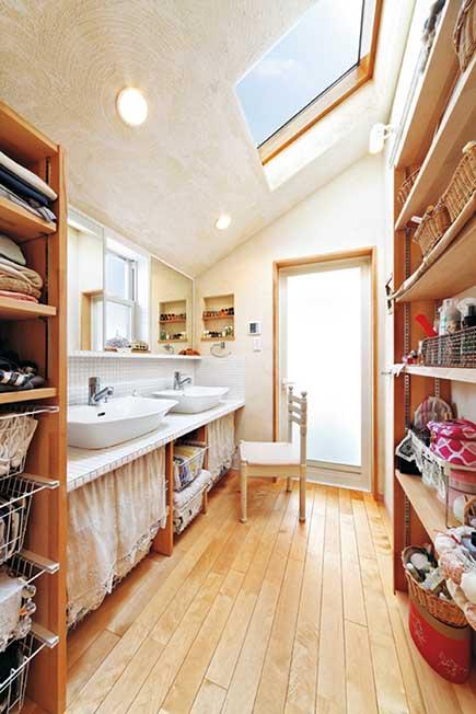 洗面化粧室は、勾配天井によって視覚的な広がりを演出。ツーボウルが便利