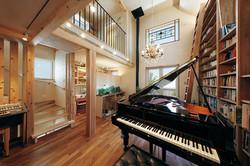 ピアノと調和する華やかなシャンデリアを選び、床にはチーク材を採用