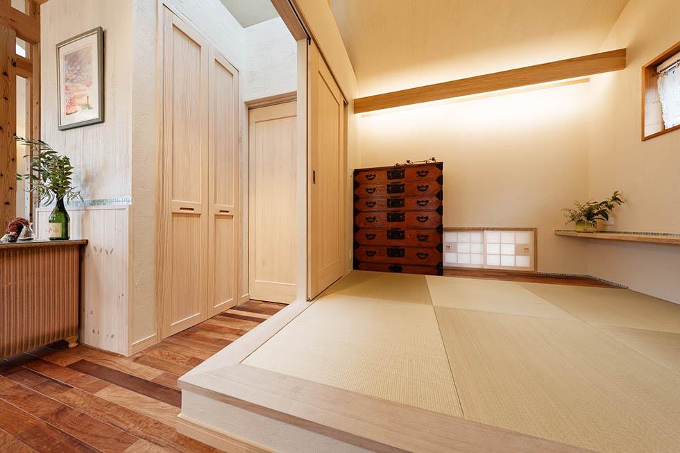 小上がりの畳ルームは多目的に活用。思い出のタンスが似合っている