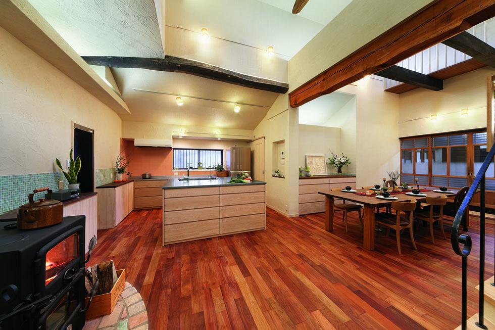 床には本カリン無垢材、壁は珪藻土塗りを提案。キッチンは豊富な収納も魅力