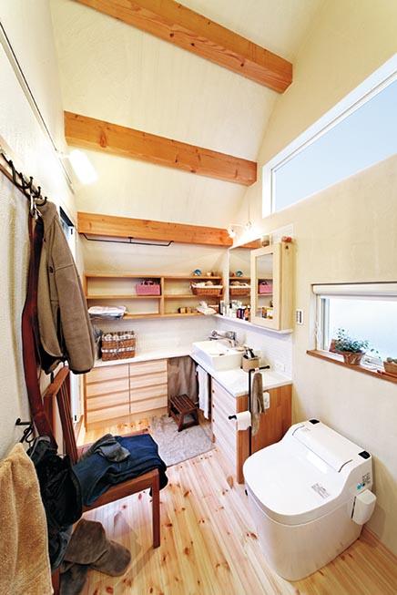 収納たっぷりのパウダールーム。高い天井と珪藻土の壁によって快適空間に