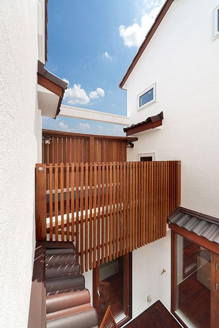 中庭に張り出したバルコニーには、イペ材のフェンスを設けプライバシーに配慮