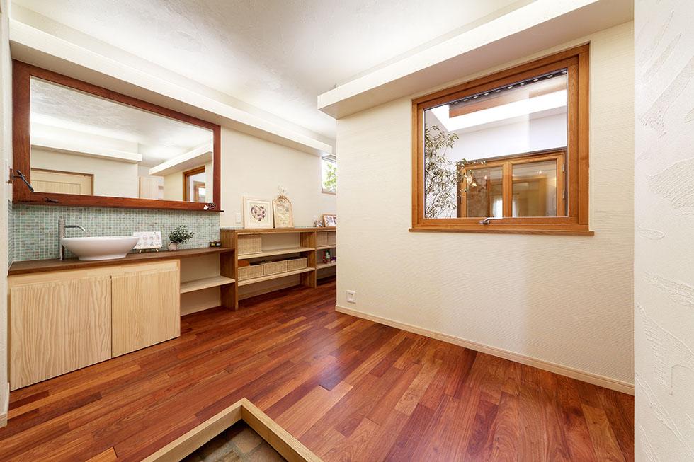 玄関ホールの一角に、帰宅後すぐに手洗いできるコーナーが設けられている