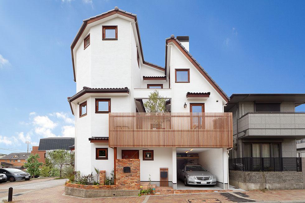敷地形状に合わせて一部多角形とし、急勾配の屋根で北側斜線をクリア