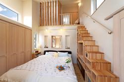 主寝室の箱階段はTVも置けるデザイン。ロフトは子ども室と共通