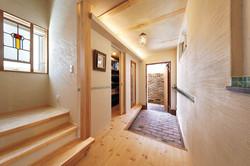 玄関は限られた広さながら、床の一部を斜めにするなど視覚的な広さを追求