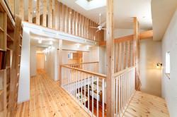 吹抜け空間を囲むように廊下を巡らせ、列柱を配した空間デザイン