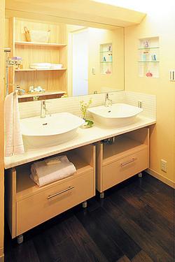 2ボウルの造作洗面化粧台は、デザイン、使い勝手も上々