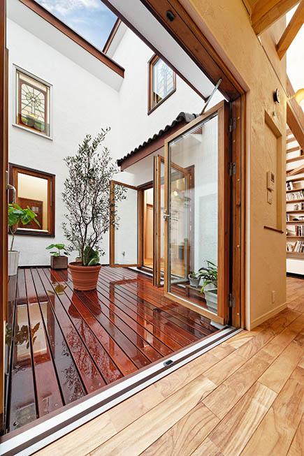 キッチンから眺めるとステンドグラスと空が近い。中庭を含むLDKは集いの場
