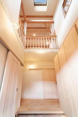 細長い敷地でも、トップライトからの光で玄関ホールは明るく晴れやか