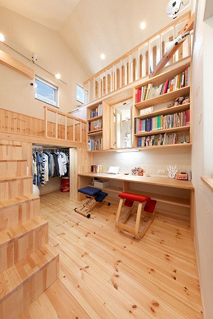 子ども室は、スタディスペースやベッドを大工の手仕事により造作