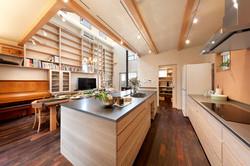 II型のオーダーキッチンと壁面の造作本棚、ともに階地昌子デザイン