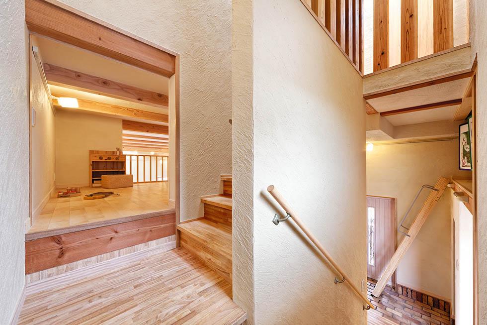 和室の上部にあたる中2階。独創的な多層構造が暮らす楽しさをプラス