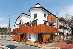 敷地を有効活用し、存在感あふれる家に。イペ材のバルコニーフェンスが個性的