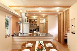 大人数の料理に対応した大きなキッチンを導入。背面に大容量パントリーを配置